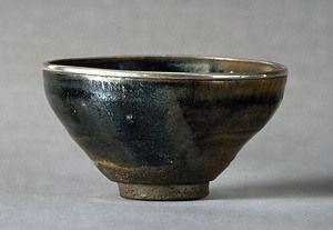 灰被天目茶碗(虹)  二重に掛けられた釉のうち下釉の色調が白色系で灰色を呈するものが多いことから灰被と呼ばれる。曜変、油滴、玳玻盞とともに唐物天目茶碗を代表するもので、室町時代末期から桃山時代前半に茶の湯の茶碗として重用された。本茶碗も典型的な天目形をなし、黒釉と黒褐釉が見事に発色し、左右に掛け分けられた斜めの釉境が窯変により銀色を呈し、虹を思わせる釉景色を作り出している。これにより「虹天目」とも呼ばれた。  灰被天目茶碗の中で足利義政所持とされる大名物の一つで、灰被天目茶碗を代表する優品であるとともに、茶道文化史上貴重な遺例である。