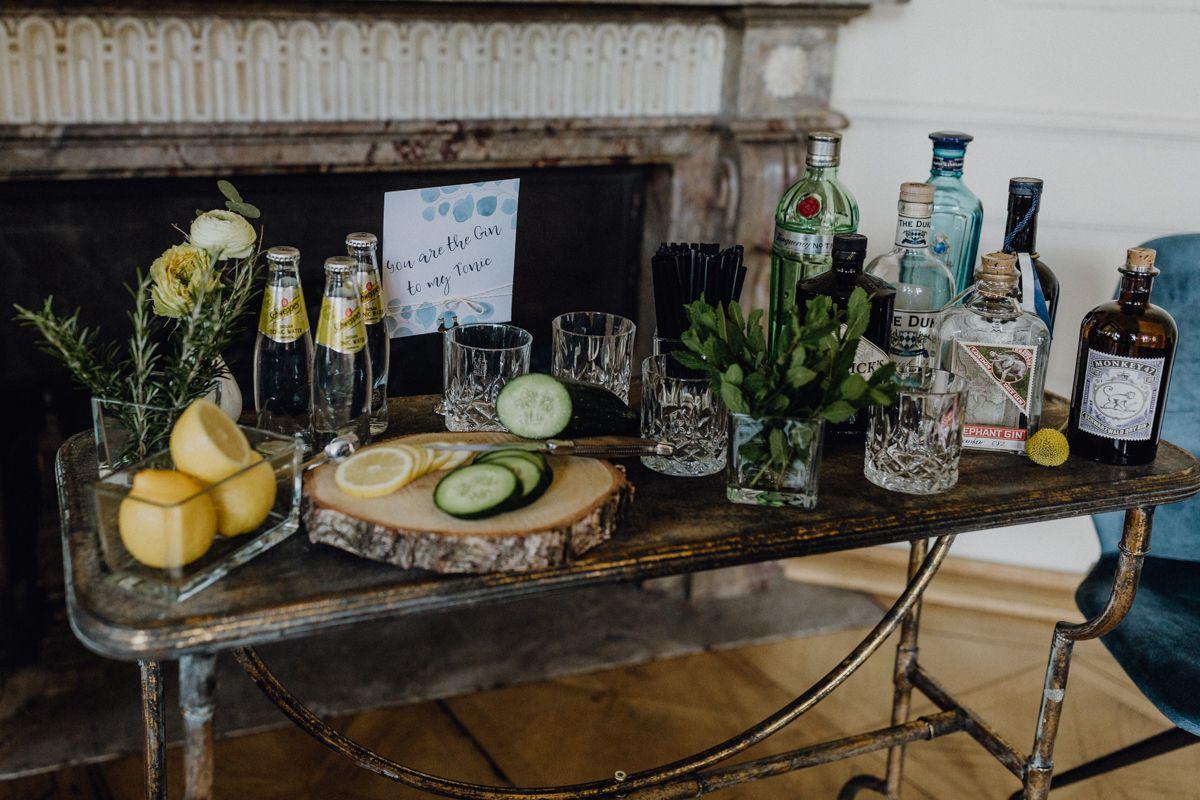 Urban heiraten in Blau und Gelb mit cooler Gin Bar | Hochzeitsblog The Little Wedding Corner