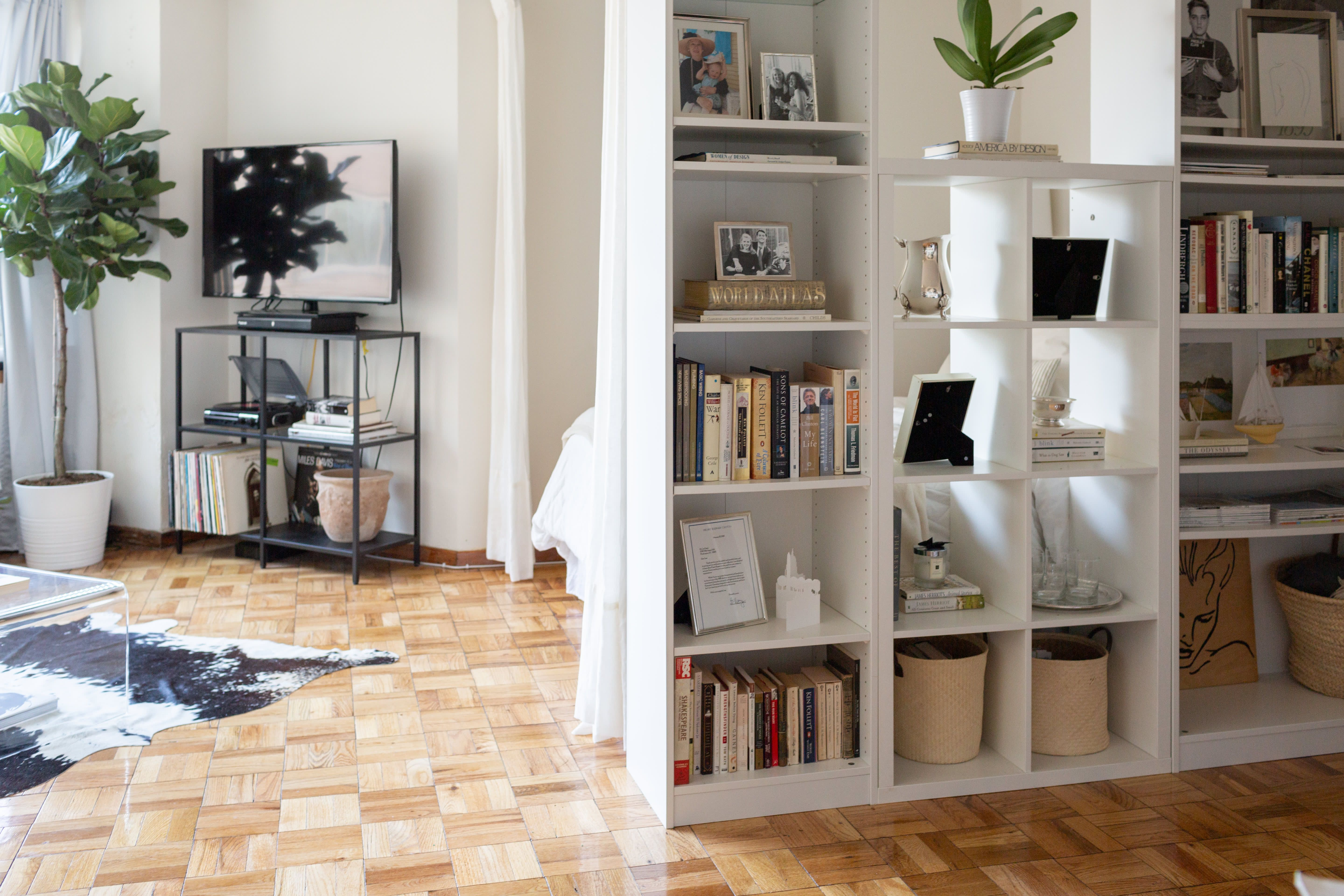 Best This Small Studio Apartment Has An Easy Elegant Divider 400 x 300