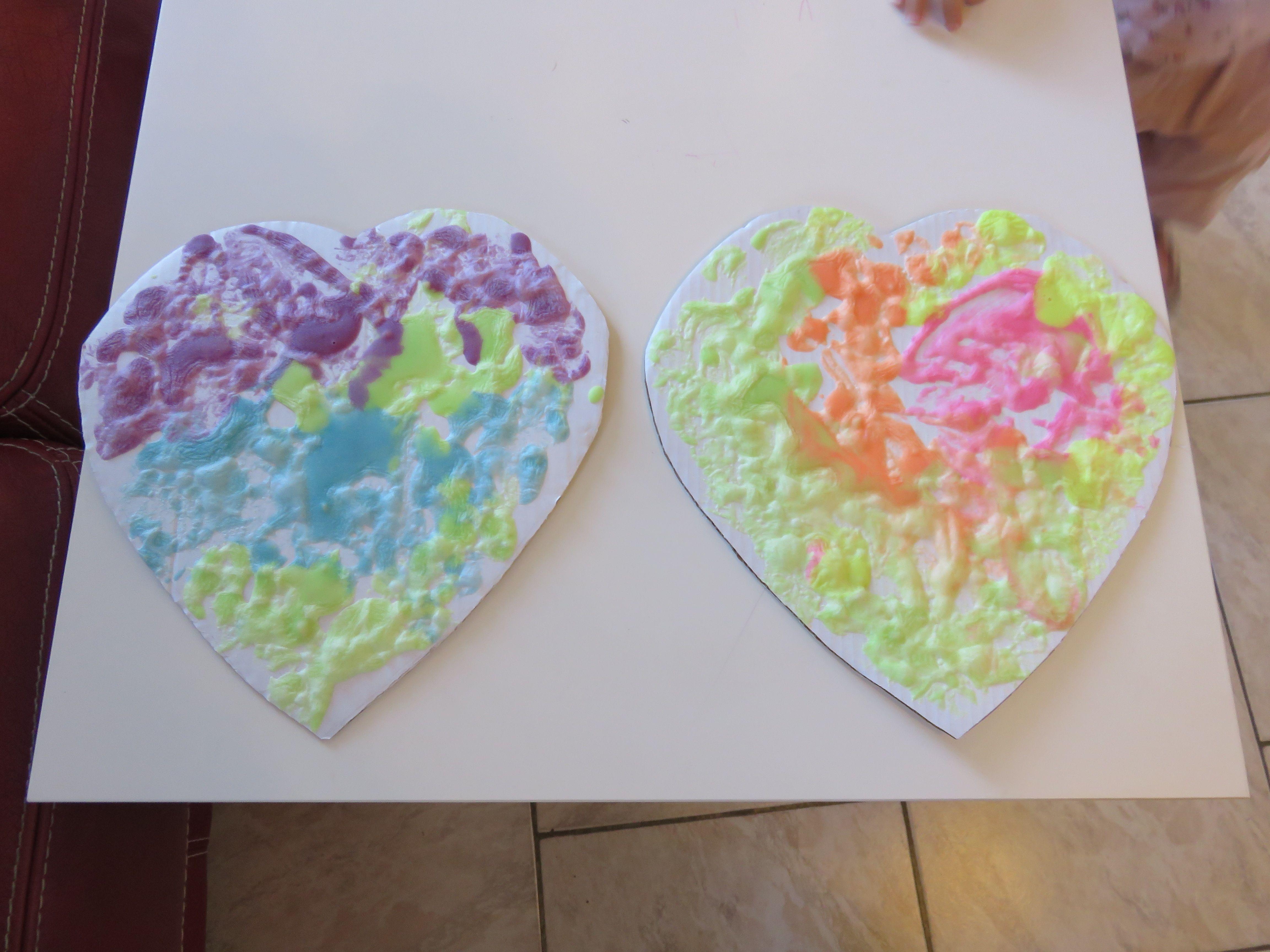 peinture qui gonfle au micro-onde 3 c à s de farine 3 c à s de sel fin 5 c à s d'eau colorants alimentaires 1 c à café de levure un four à micro onde