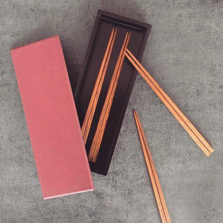 무늬결이 아름다운 물푸레나무 옻칠 젓가락🌷 #arijian #chopsticks #gift #chopsticksrest #tableware #woodenwork #handcrafted #beautifulgrain #ash #ashtree #craft #diningtabledecor #옻칠 #젓가락 #아리지안 #물푸레나무 #목공 #공예 #젓가락케이스 #젓가락세트 #선물추천 #수저세트 #옻칠공예 #공칠공방