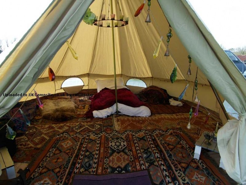 layered rug floor covering for a period camping site #renratsguide