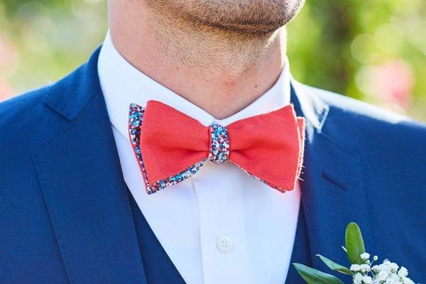 0e070c4b133a0 Mariage : un noeud papillon corail / liberty réversible. Costume bleu  profond sur mesure.