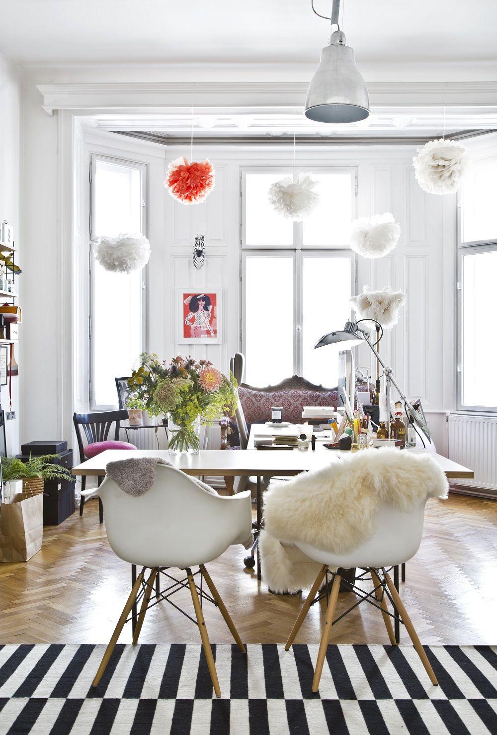Sitzgruppe Esszimmer Weiss Honig: Bunte Pompoms, Frische Blumen, Ein Gestreifter Teppich