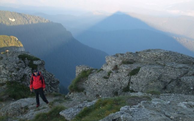 În fiecare an, de 6 august, zeci de curioşi urcă pe vârful Toaca pentru a vedea cum umbrele muntelui se contopesc într-o piramidă spaţială. Fenomenul, unic în România, are o explicaţie ştiinţifică, dar este înconjurat şi de o aură de mister.