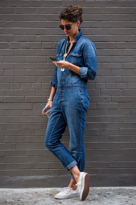 So simpel, stylisch und schön: Jeans-Overall mit Statement-Kette und Vans