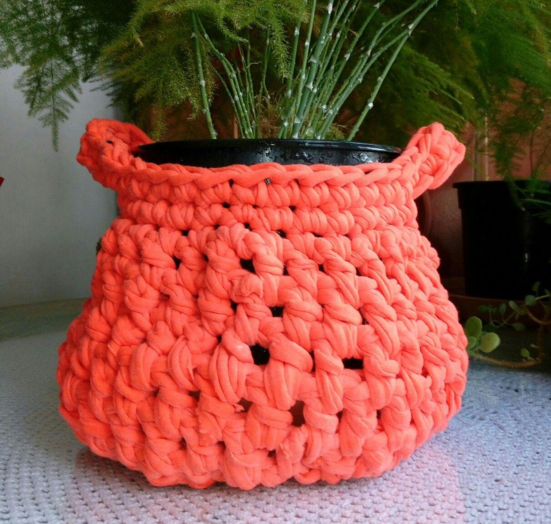 """Si tienes una bonita maceta que quieres lucir con """"trapillo"""" podrás confeccionar a crochet, este bonito cubremacetas.  Usa un """" trapillo"""" que haga juego con la tonalidad del lugar donde pondrás tu bonita maceta y será todo estilo."""
