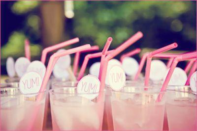 A pink lemonade é uma alternativa à limonada comum que vai trazer um colorido todo especial à mesa.