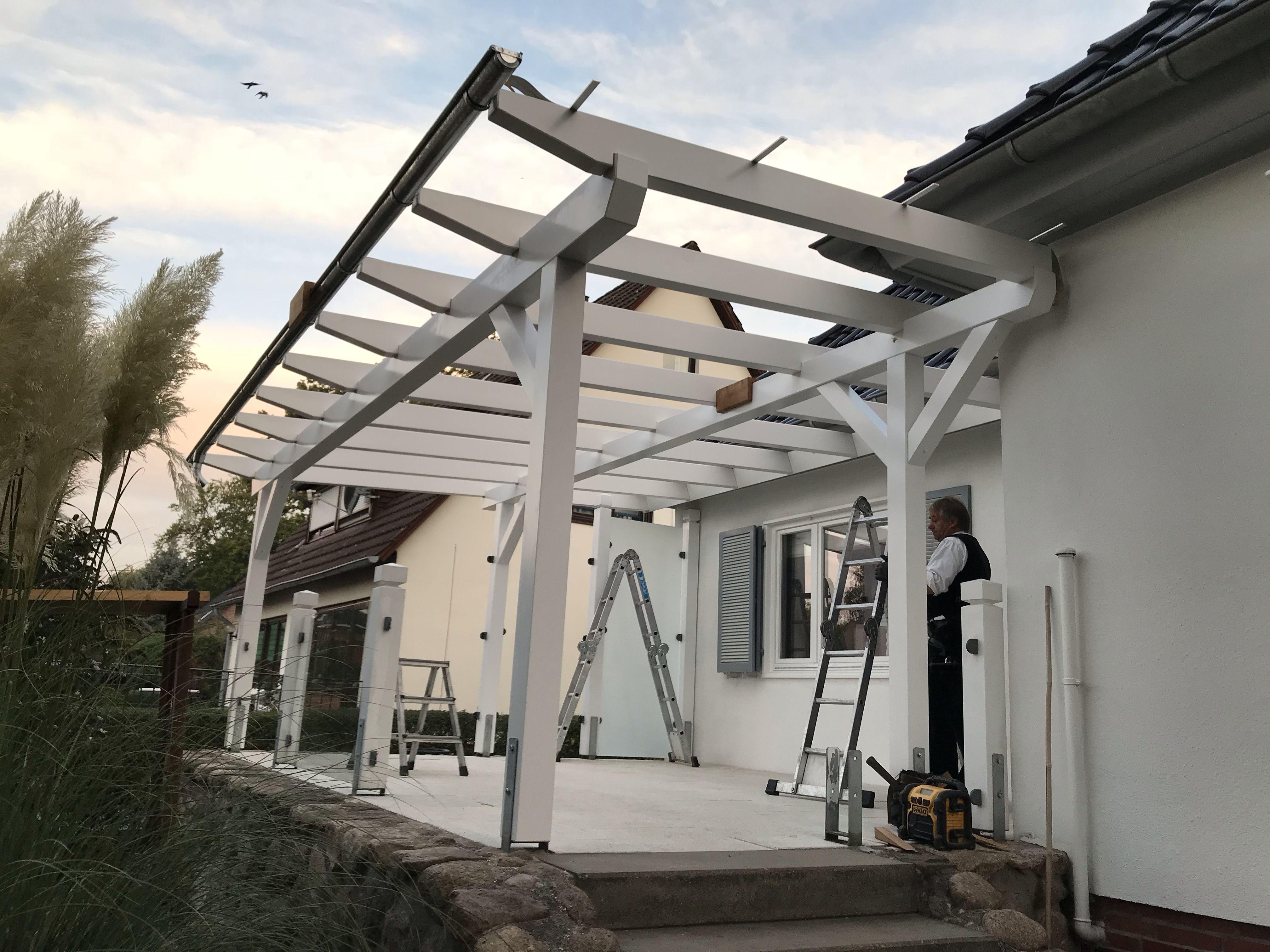 Terrassenüberdachung mit Glasdach aus weiß lackiertem Holz