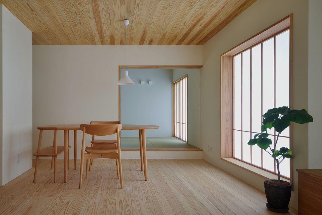 床と天井の素材をそろえる 杉の木を使うことで足ざわりはもちろん