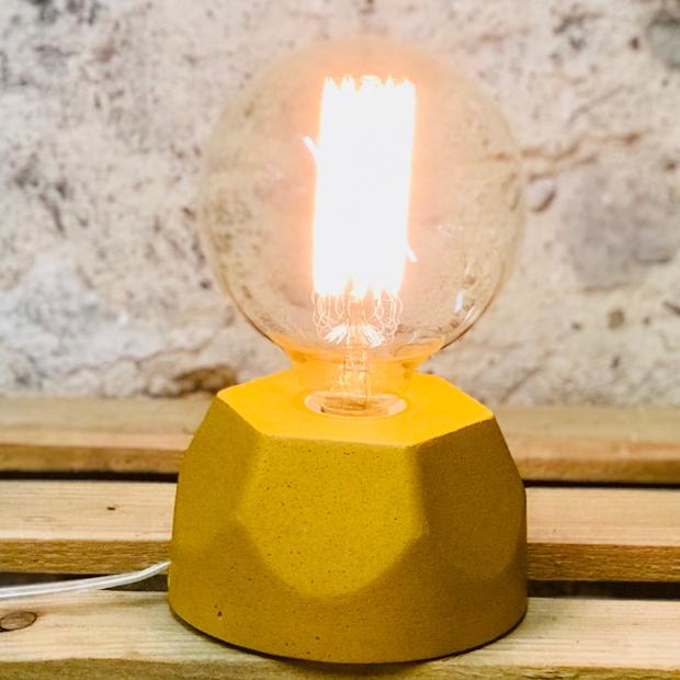 Lampe Design En Beton Jaune Moutarde Avec Son Ampoule A Filament