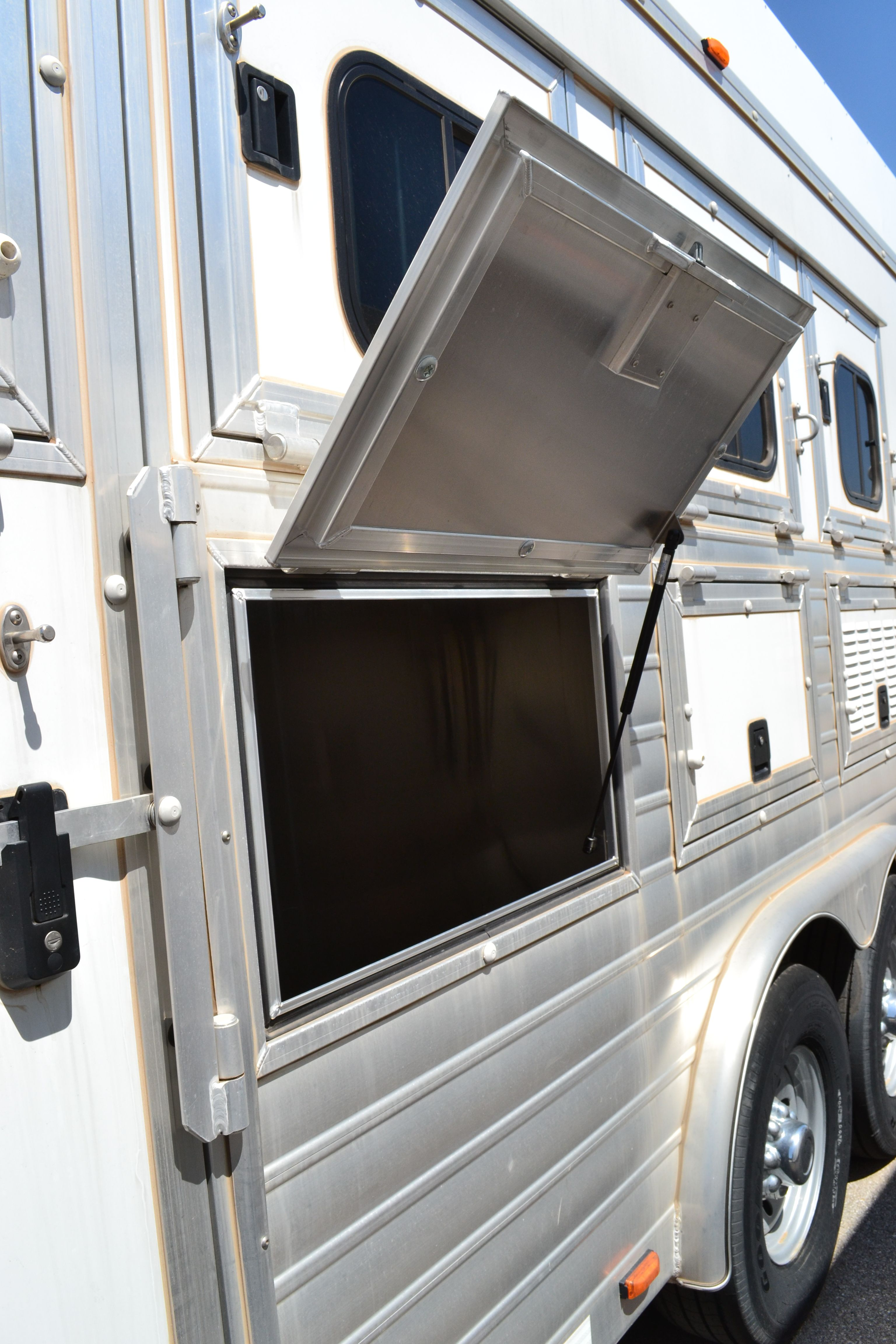hart horse trailer mangers with access door hydraulic lift arms