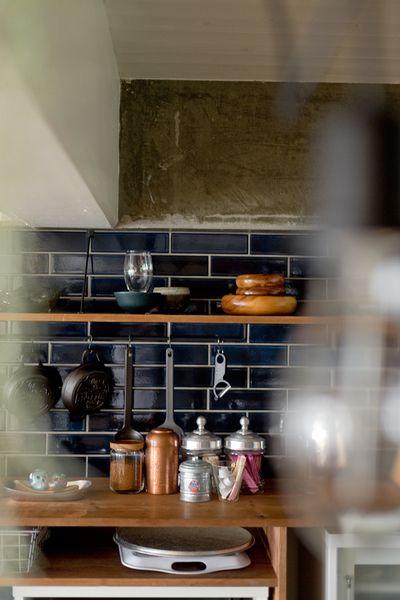 タイル貼りのキッチンは。シックなネイビーが、部屋のク…