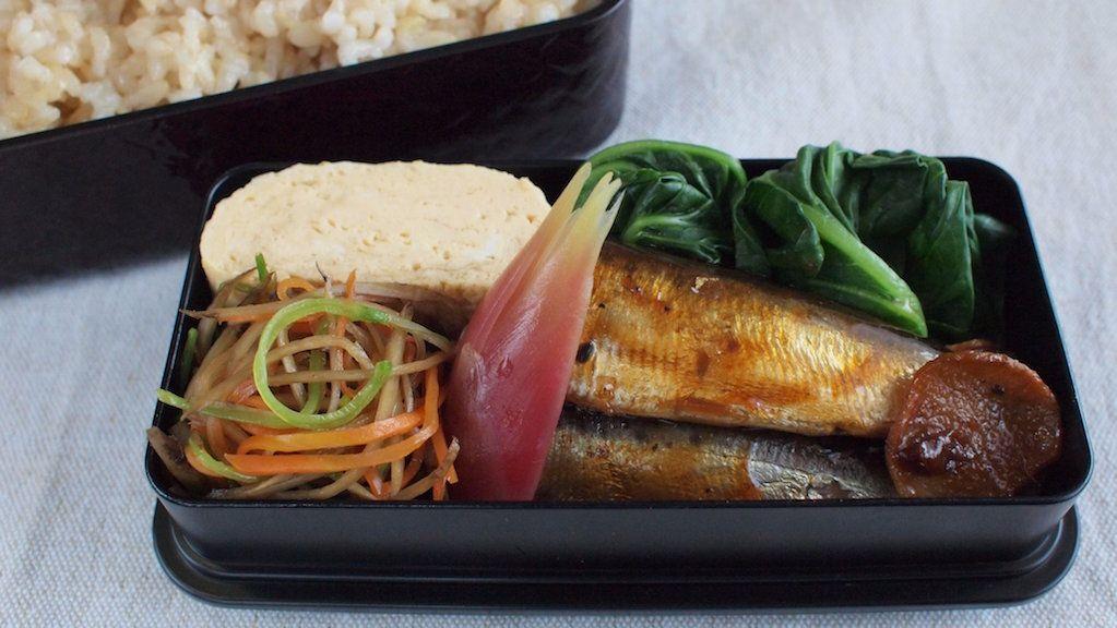 玄米ご飯280g、鰯甘露煮、金平(絹さや)、酢取茗荷、だし巻き、小松菜お浸し、糠漬