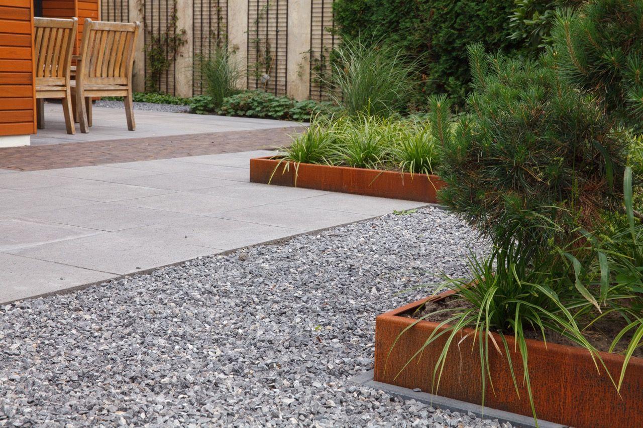 Strakke tuin modern moderne tuin gras witte plantenbakken