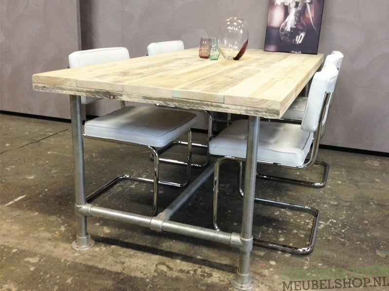 Dit steigerhouten tafel met steigerbuis onderstel is de for Steigerhouten tafel met steigerbuizen zelf maken
