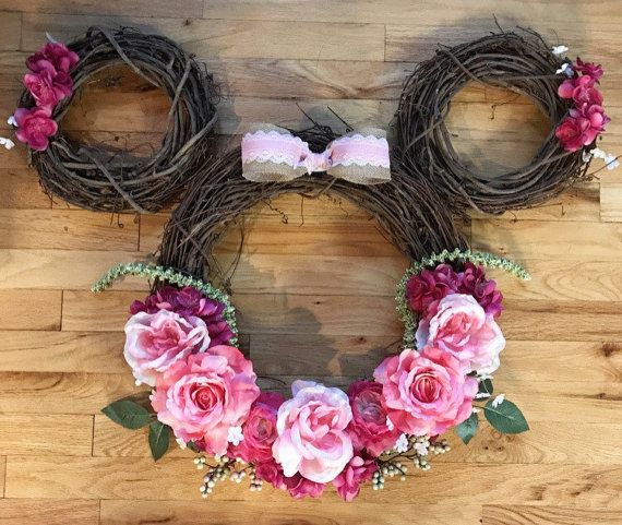 These Disney Inspired Wreaths Are Perfect For The Season And Won't Break The Bank! #disneycrafts
