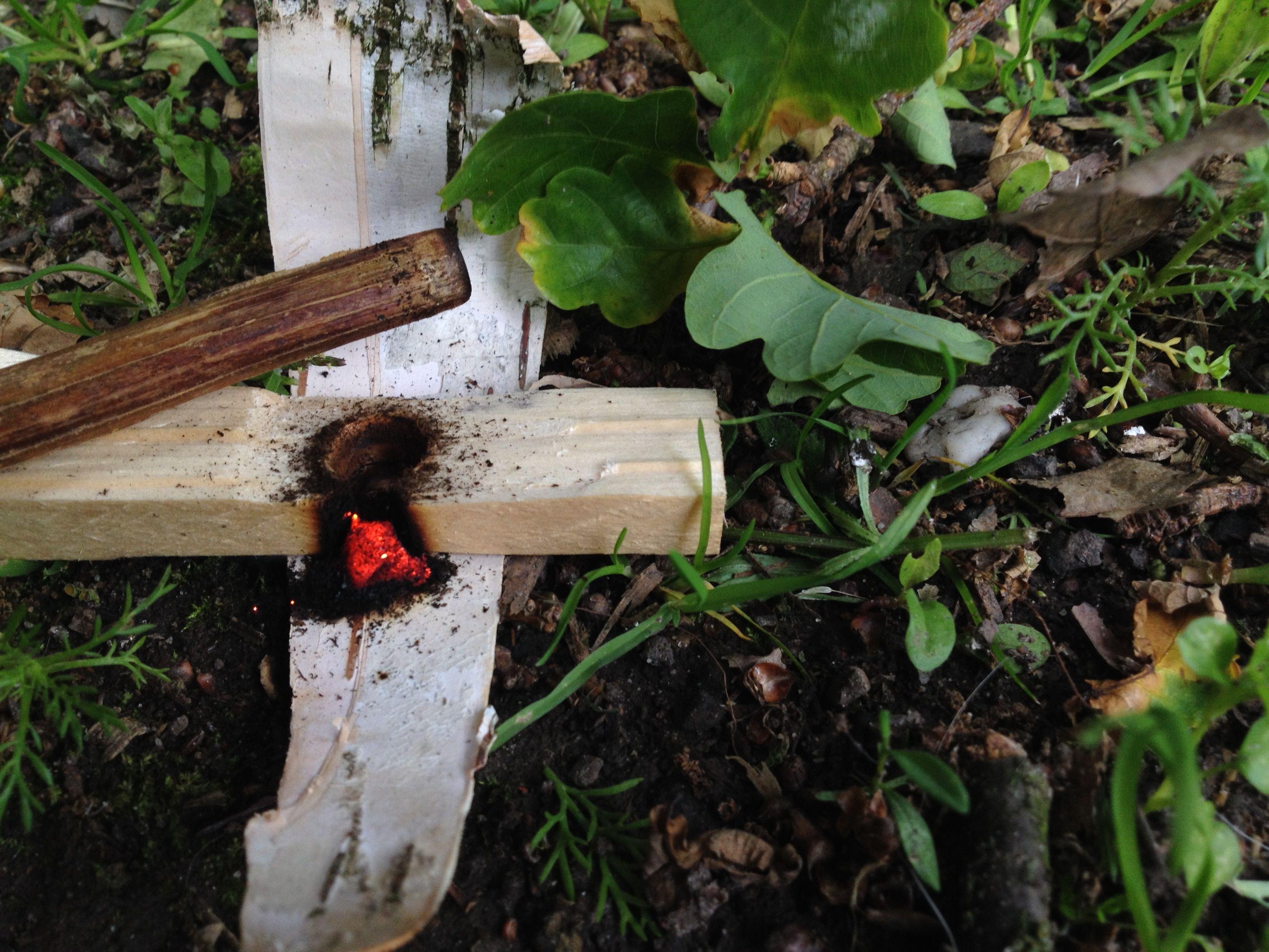 kooltje gemaakt met de handboor techniek. /fire ember made, hand drilling technique.