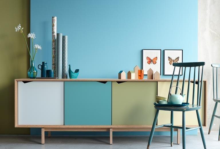 moderner retro stil und farbige w nde kommode und wand in olivgr n und blau haus esszimmer. Black Bedroom Furniture Sets. Home Design Ideas