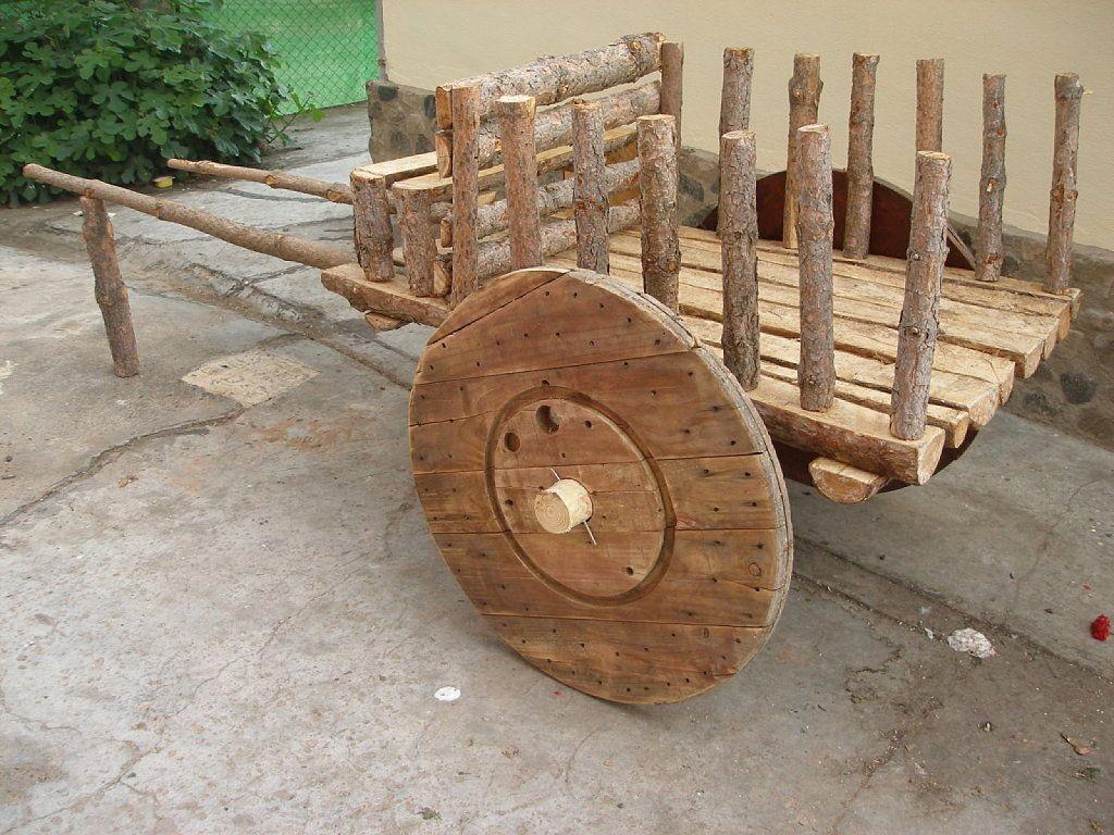 Es f cil hacer una carreta artesanal juntando algunas for Carreta de madera para jardin