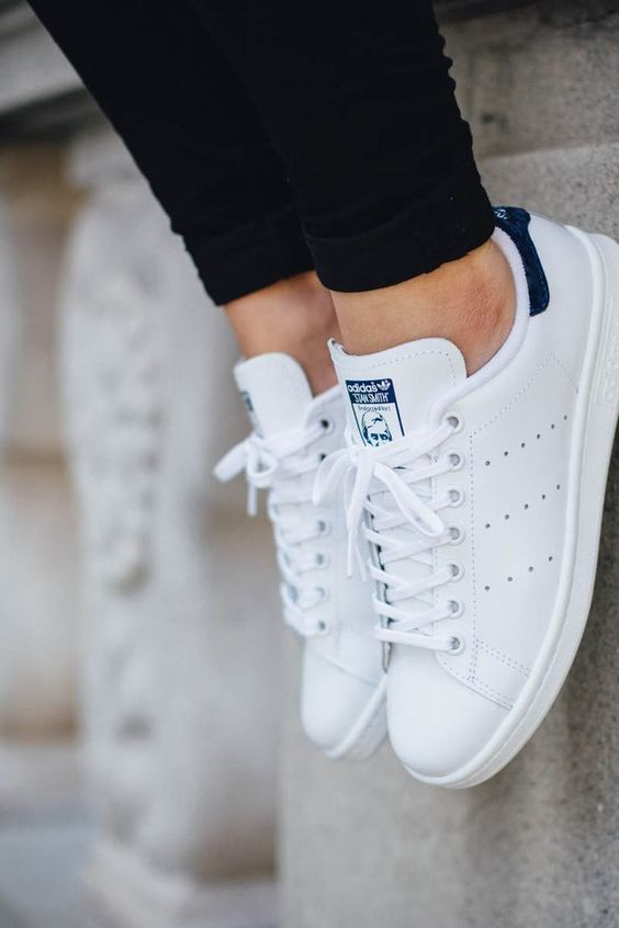 buy popular 1b511 81d75 Construye un estilo con estos básicos en tu guardarropa – KENA Stan Smith  Blau, Adidas