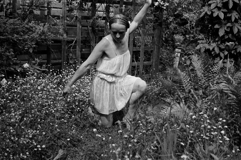Rouva Selin tanssii puutarhassa. - Finna - Helsingin...