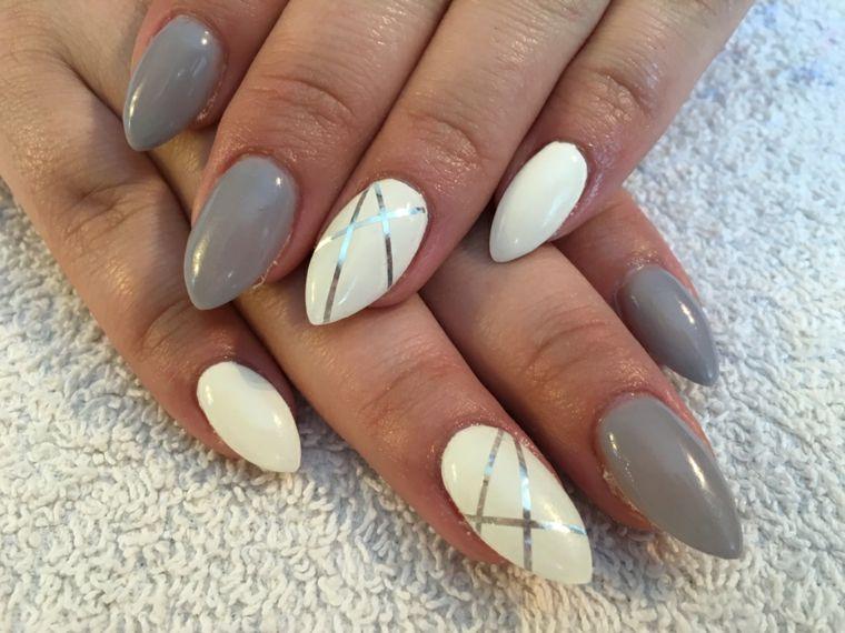 Nail art unghie a punta di colore grigio chiaro e bianco, decorazione di  color argento con strisce adesive