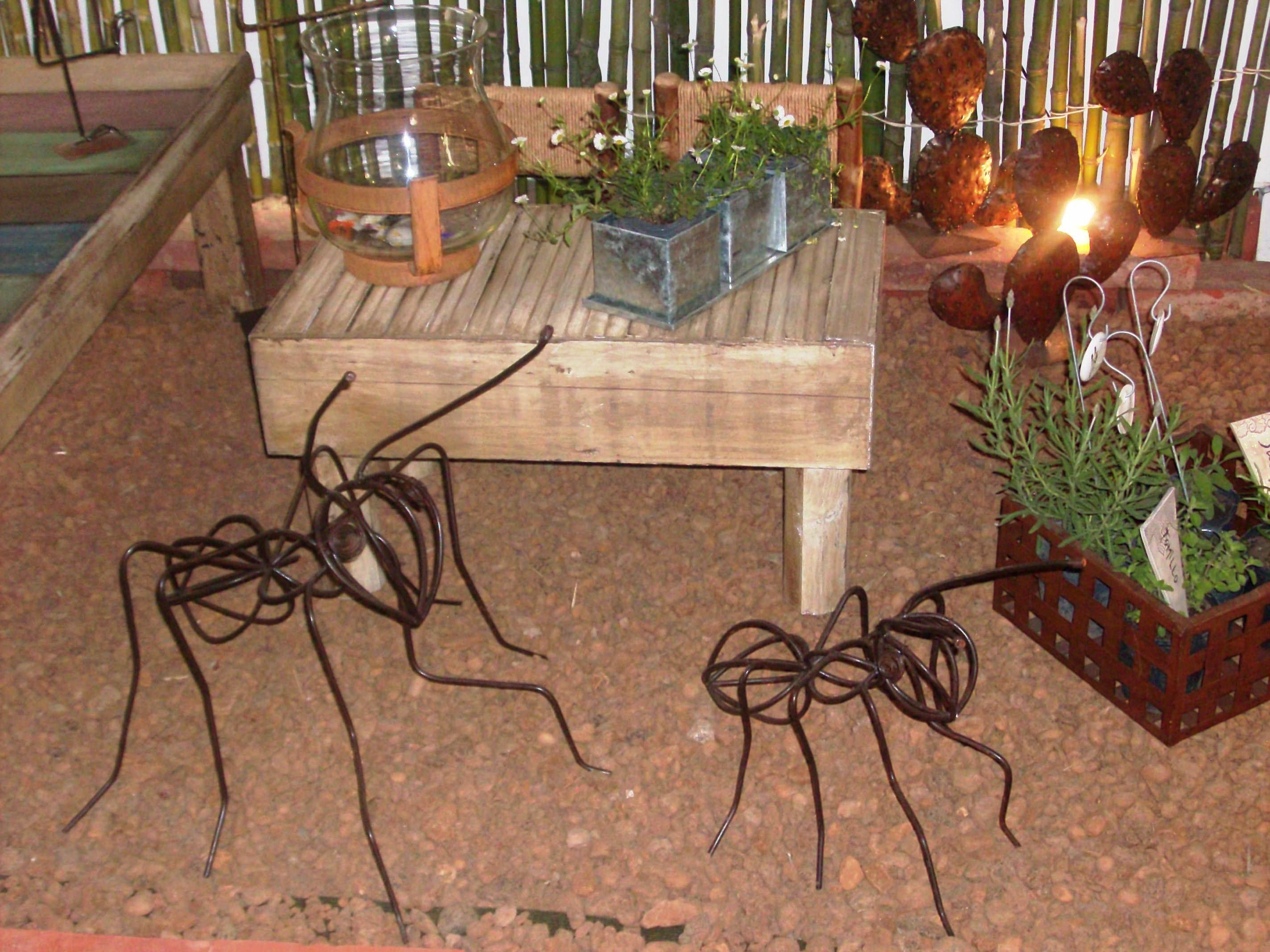 Un jardín seco con cactus en chapa, hormigas en hierro, muebles de ...