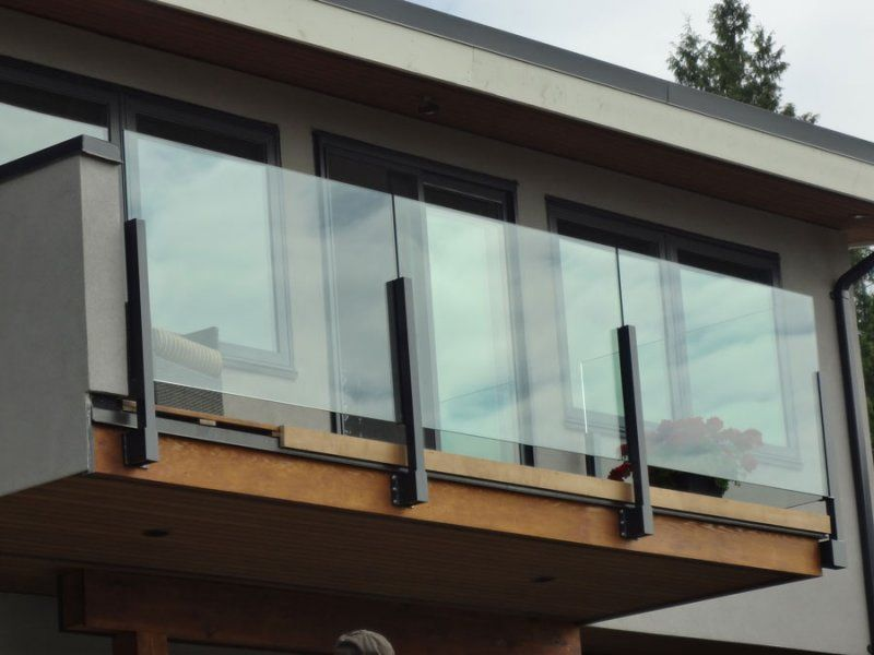 Glass railings exterior topless glass railings on deck for Exterior balcony railing design
