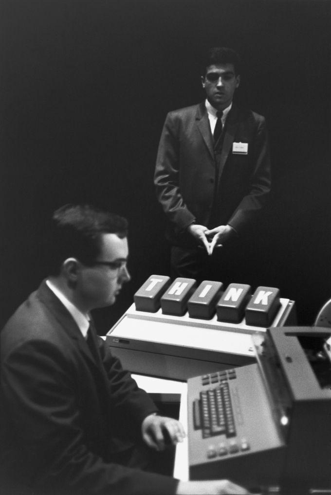 Henri Cartier Bresson, Fiera internazionale Montreal, 1967 Stampa in gelatina d'argento del 1973, firmata a inchiostro sul retro, nel margine inferiore