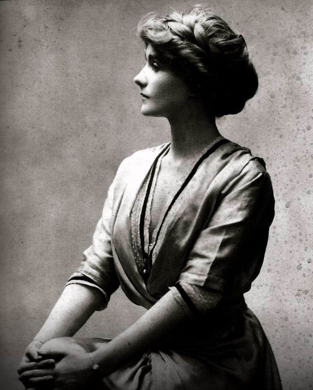 portrait of a young gabrielle coco chanel in 1910 besuche unseren shop wenn es nicht. Black Bedroom Furniture Sets. Home Design Ideas