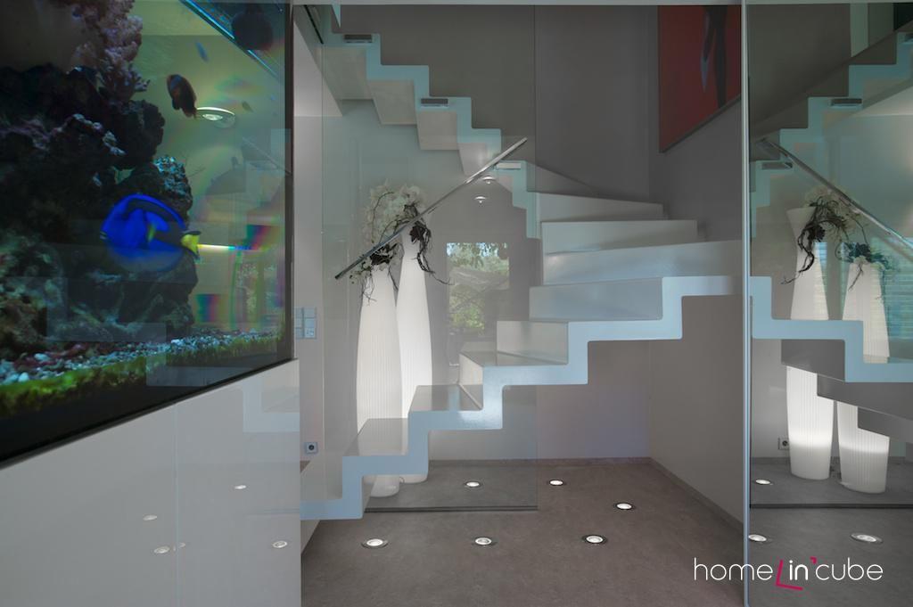 Linie schodiště vytváří estetický prvek v prostoru. Efekt je podpořen svítidly, zabudovanými v zemi.