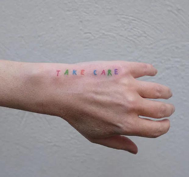 Victor Zabuga cria tatuagens minimalistas cheias de símbolos contemporâneos – …