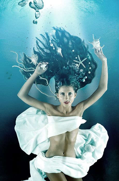 Underwater Senior Portraits I Would Do These But Id Probably Wear A White Sun Dress Or At Least Bikini
