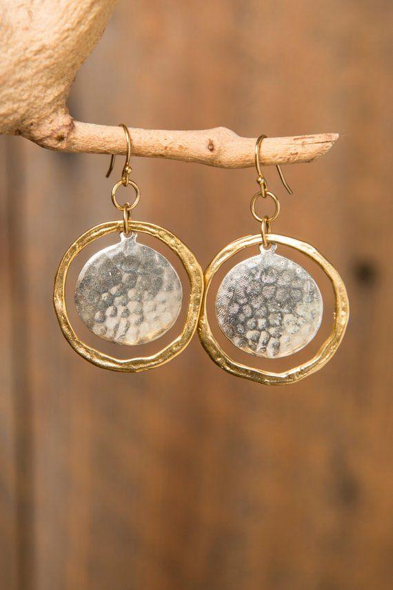 Ähnliche Artikel wie Gemischte Metall gehämmert Gold Hoop mit gehammerte Silber oder Gold Disk Ohrringe auf Etsy