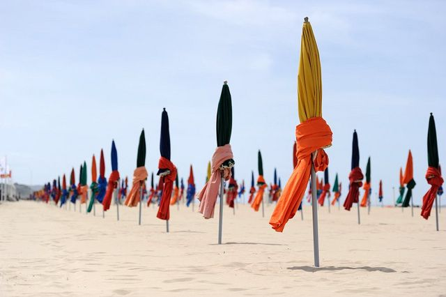 Parasols on the beach in Deauville (France) Photo by Guillaume Paumier