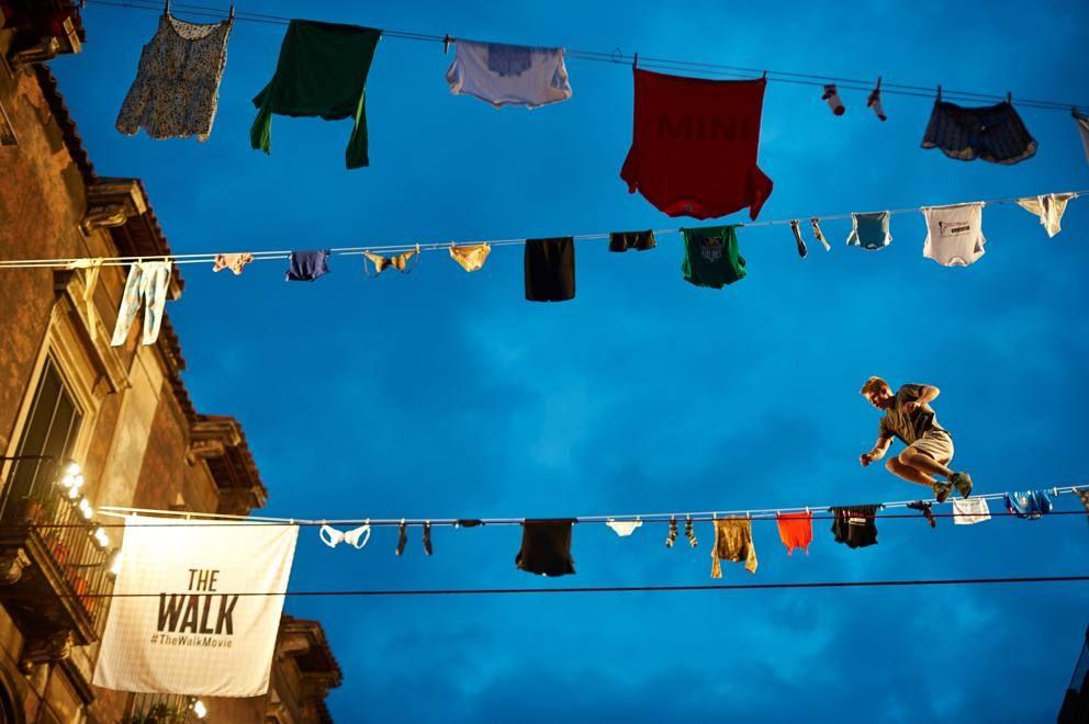 Slackline, passeggiata aerea (e spettacolare) tra i balconi di Catania - Corriere.it