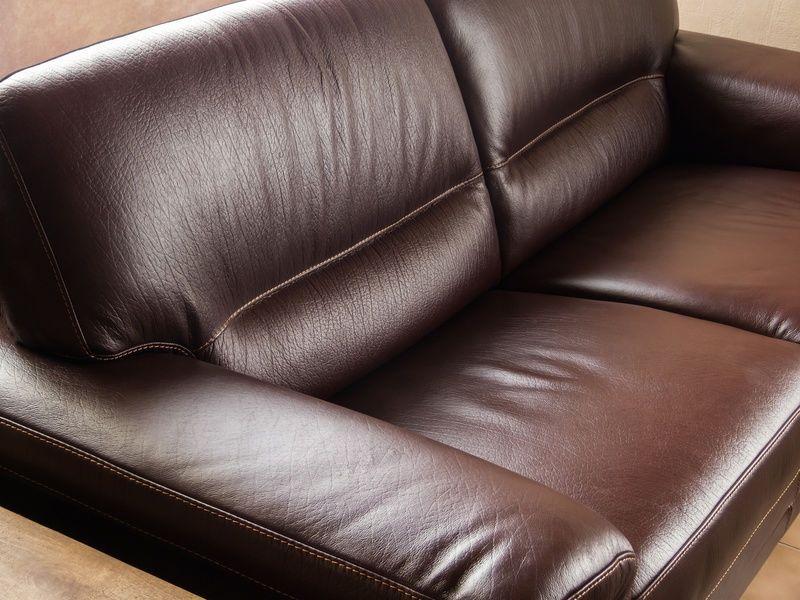 Comment Nettoyer Un Canape En Cuir A La Maison Conseils Pratiques Et Photos En 2020 Nettoyer Canape Cuir Canape Cuir Meubles En Cuir