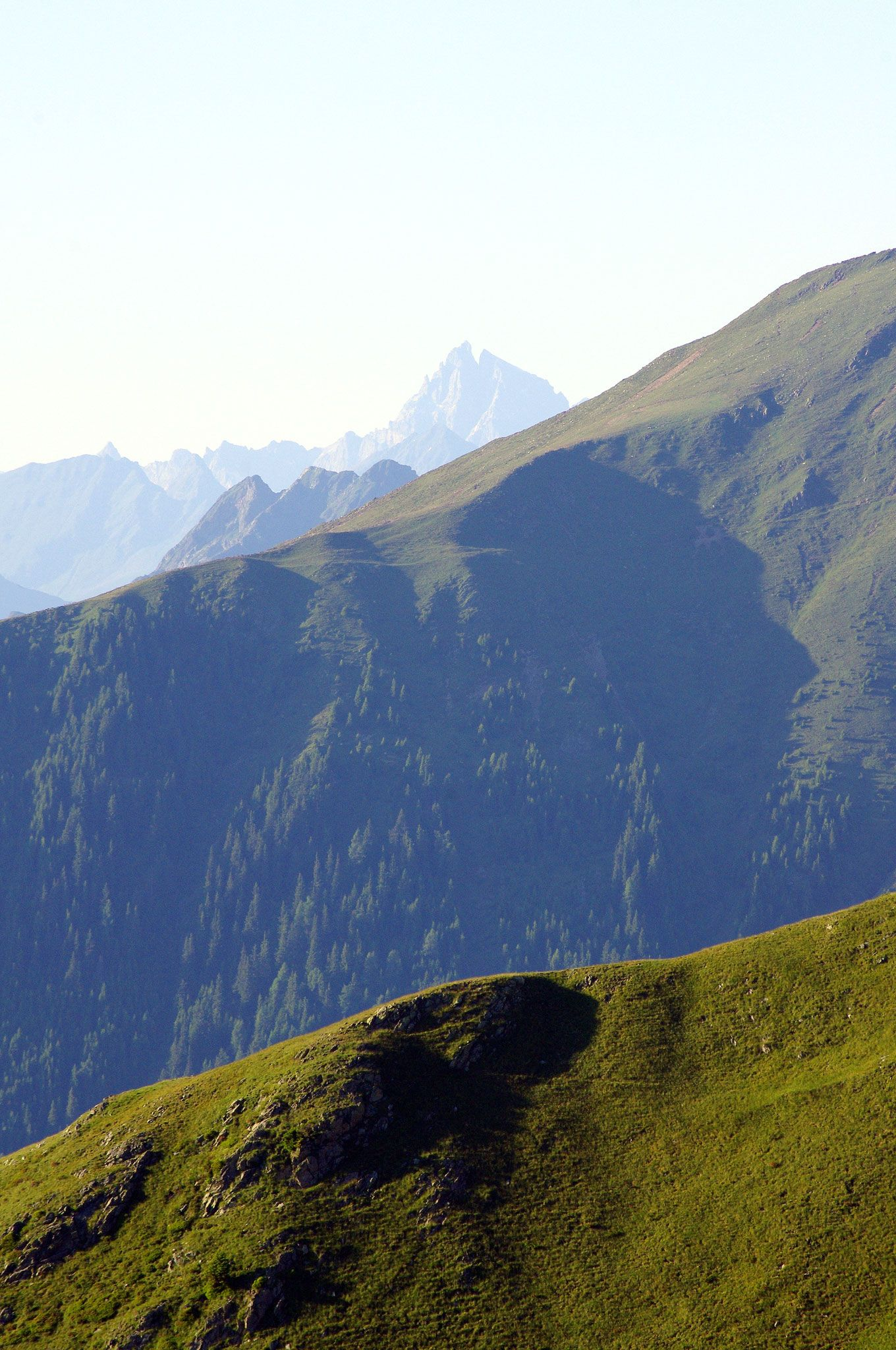 CIMA LAVAND (2255m) | SNOWCAMPITALY | Cima Lavand è la parte più elevata di una lunga e panoramica dorsale che si raccorda al massiccio granitico del Picco Ivigna (2581m). La particolare disposizione e la quota contenuta consentono di godere di un colpo d'occhio mozzafiato non solo su Alpi Passirie, Venoste, Dolomiti Orientali e Gruppo dell'Ortles, ma anche sull'intero Burgraviato e sulle valli che vi confluiscono. http://www.snowcamp.it/?p=3412