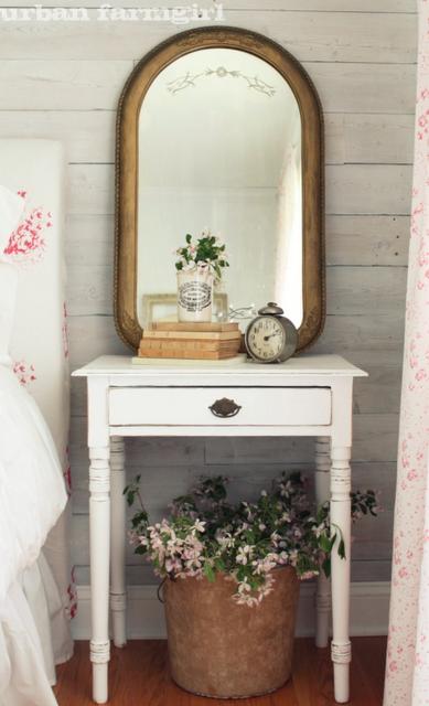 Der skal ikke meget til for at gøre et gæsteværelse eller ganske enkelt et værelse rigtig hyggeligt - et lille gammelt bord flot malet og en skønt spejl.