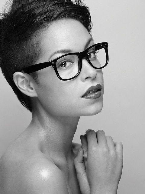 Ladys Mit Brillen Und Einem Stylischen Haarschnitt