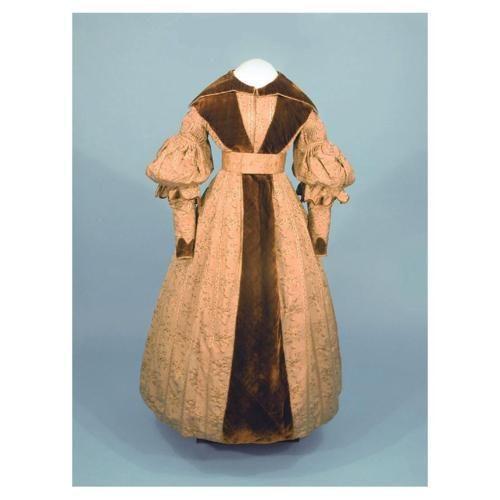 1836-40, Tageskleid, vermutlich Baumwolle und Samt