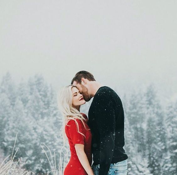 Beautiful idea for winter engagement pictures