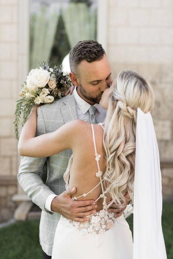 Elegante und einfache lose Wellen halb hoch halb runter mit Schleier. // Wunderschöne Ideen für halb hoch halb runter Brautfrisuren, die Sie an Ihrem Hochzeitstag beeindrucken werden. … – Graham Blog – The World