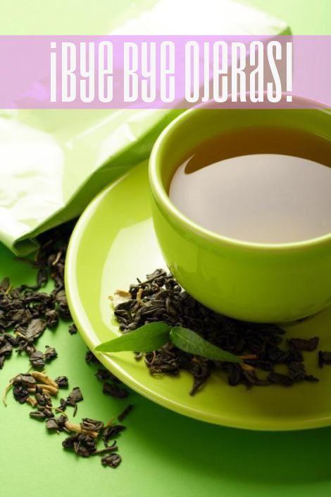 El té verde hace de todo, cocinalo, dejalo enfriar en el refrigerador. Remoja un par de algodones dentro de tu taza de té y acuéstalos sobre tus ojos. La cafeína ayuda a disminuir la visibilidad de los vasos sanguíneos y los antioxidantes ayudan a eliminar la inflamación. Las papas crudas enfriadas en el refrigerador también pueden ser usadas para reducir área hinchadas; sólo pela la rebanada antes de aplicarla sobre el ojo. La papá funciona como un astringente natural y ayudará a…