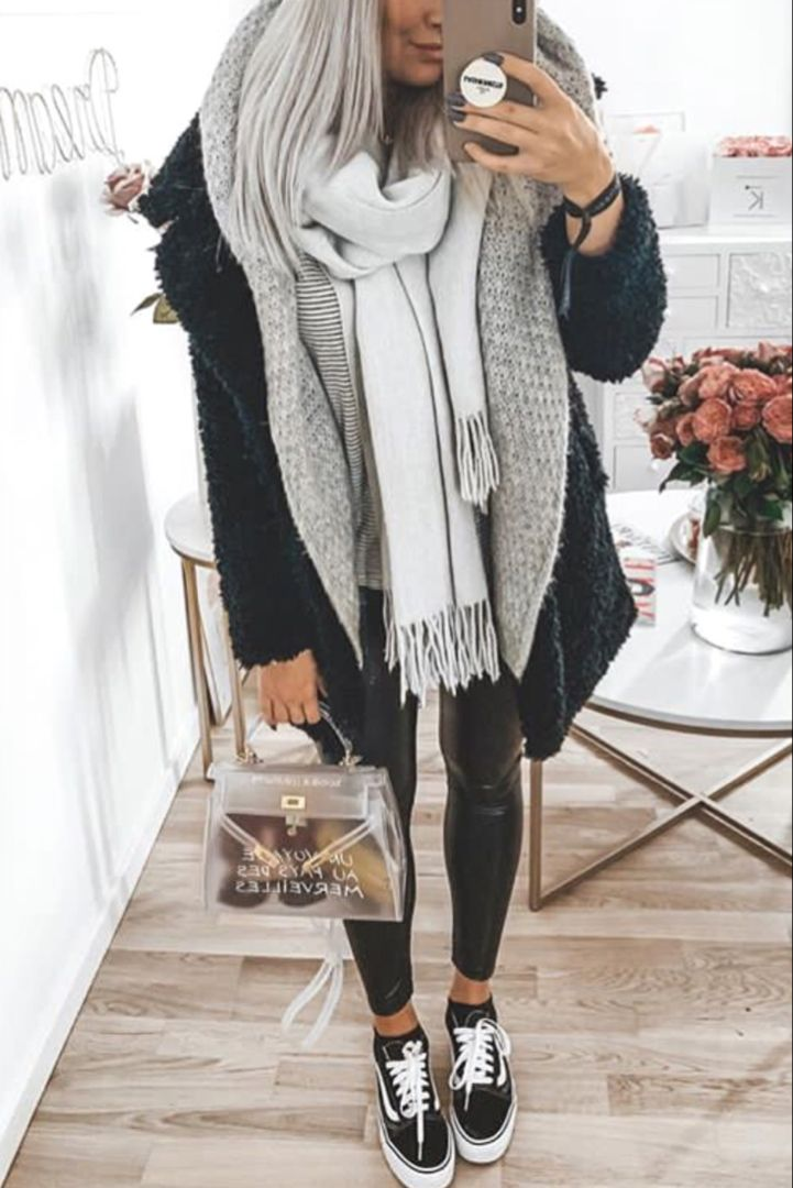 Photo of Herbst / Winter-Damenmode mit Kunstleder-Leggings, Oldschool-Vans und …