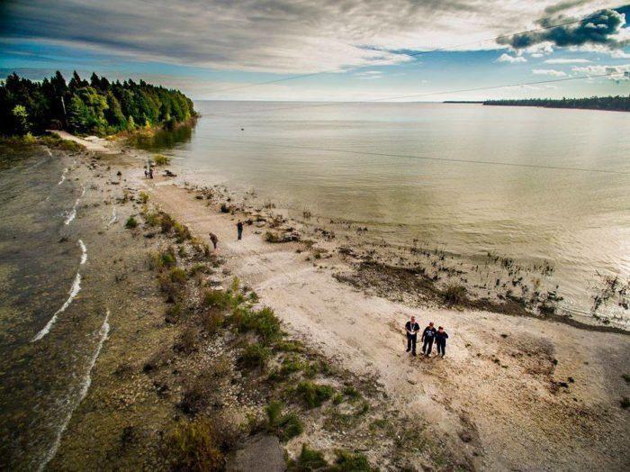 You Can Walk Across Lake Michigan To Cana Island, Wisconsin #Island #People #Walk #Wisconsin