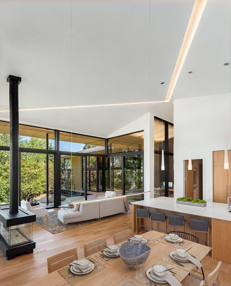offener Wohnbereich mit Küche und Wohnzimmer bietet schönen Ausblick