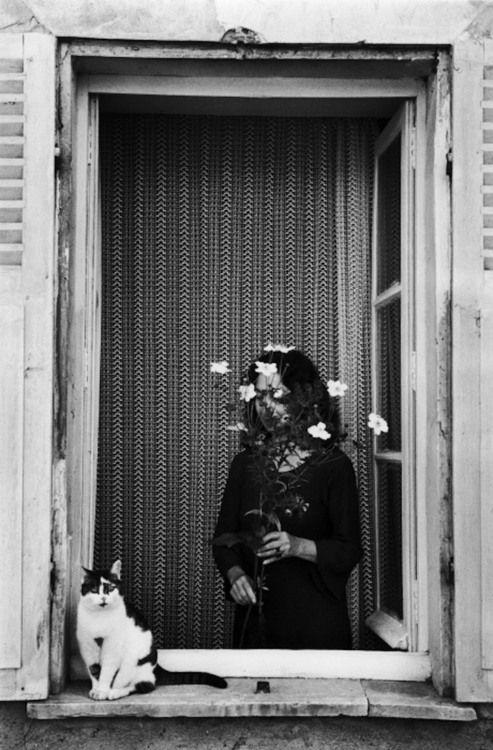Édouard Boubat - Devant La fenêtre, France, 1978. S)
