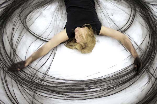 No, no es una mujer loca dando vueltas en el suelo, espera a que termine...y sorpréndete!